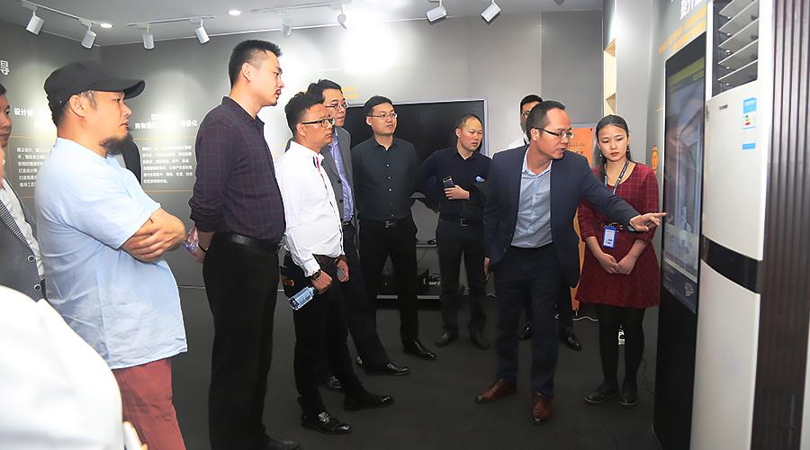 林总和参会嘉宾现场体验格调网智能换装系统