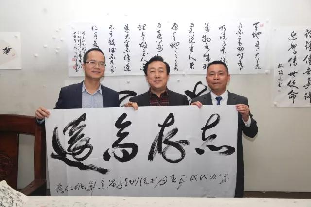 中国建筑装饰协会秘书长张仁(中)与林总合影